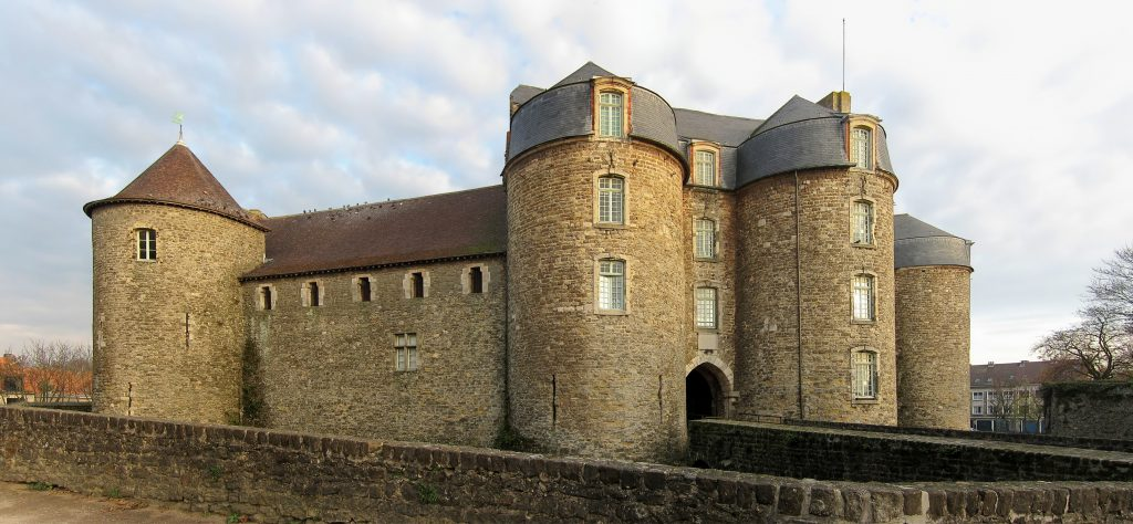 Castle of Boulogne, seen from the side.